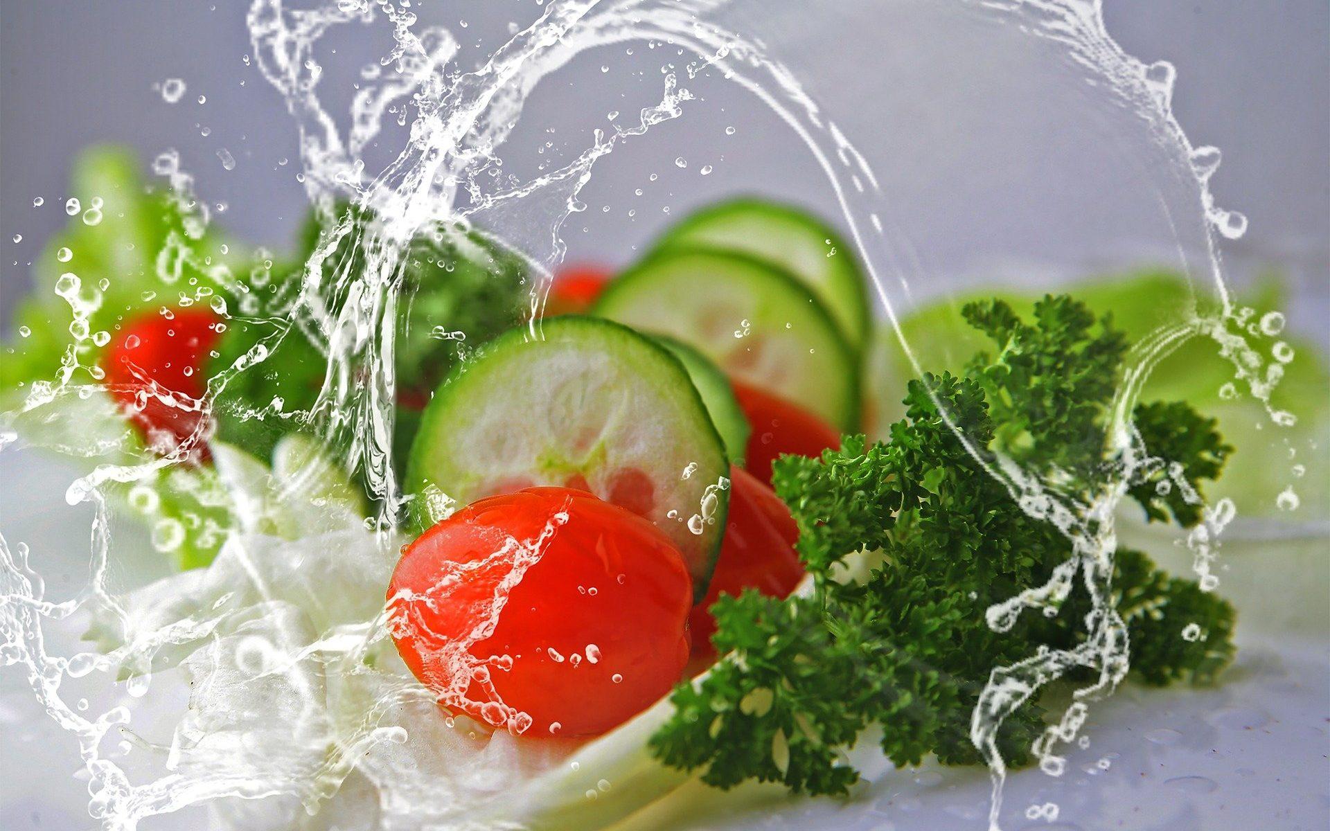 gesunde-lebensmittel-mit-wassertropfen